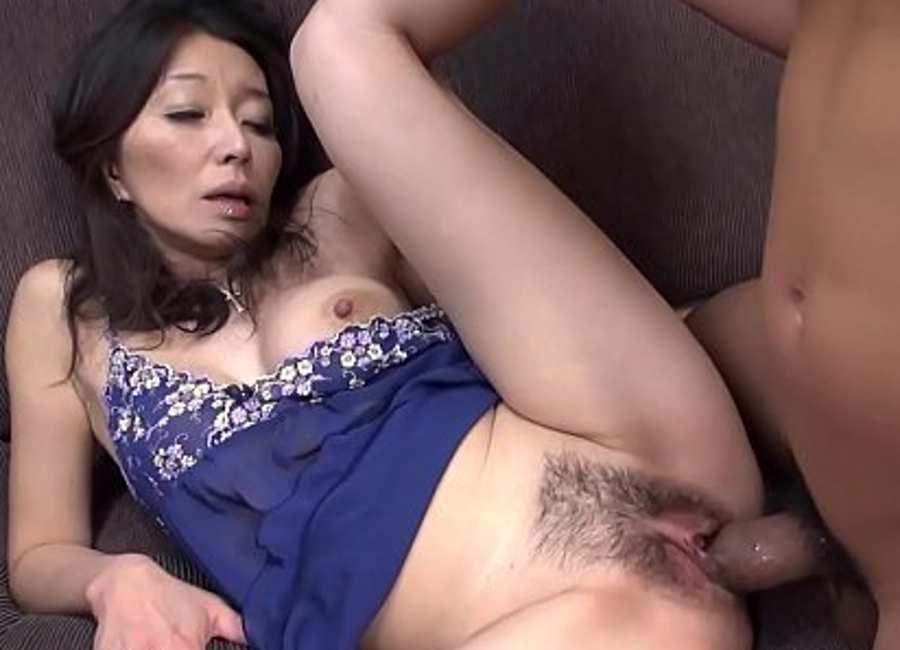 سكس محارم ياباني يحشر قضيبه السميك في كس امه